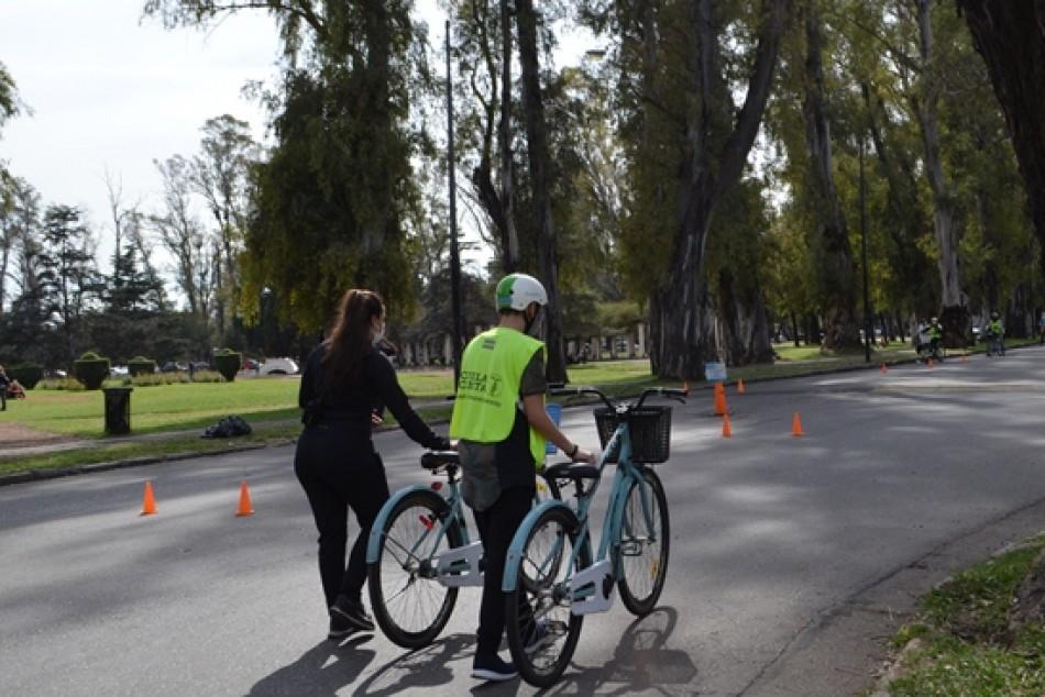 La Escuela Ciclista continúa con sus clases cada domingo en Calle Recreativa
